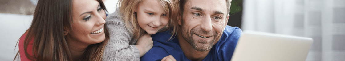 famille écran isolation sourire